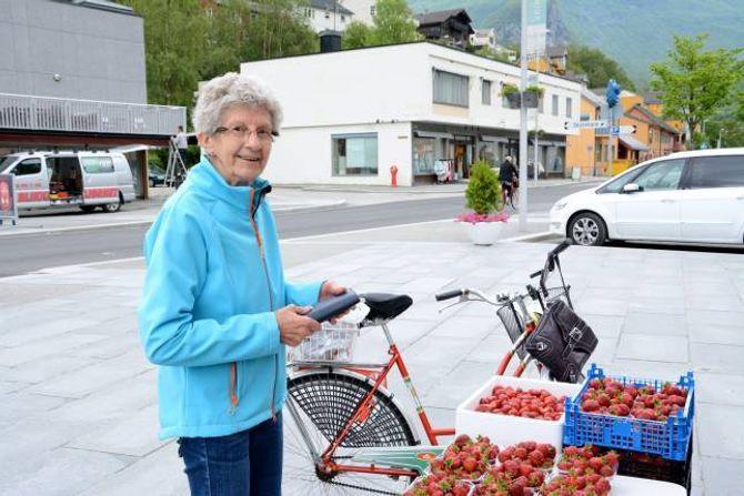 DYREBAR LAST: Kari Mosevoll sikra seg jordbær som ho skal sykle heim i korga ho har på sykkelen.