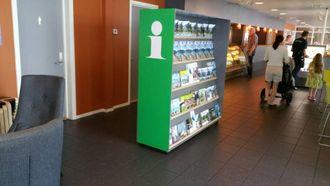INFORMASJON: Denne brosjyrehylla er ein del av den nye ordninga med turistinformasjon på Utla Kafé og Bar. Arkivfoto