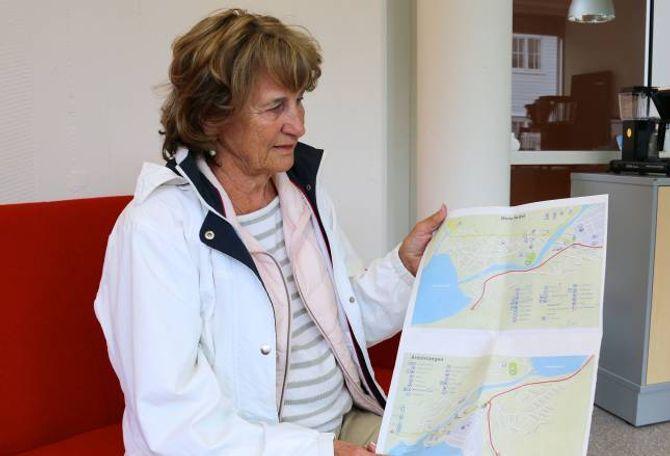 MARKERTE FEILA: Gunvor Nordås, leiar i Årdal Gålag, har markert alle feil ho fann på kartet over Øvre Årdal og Årdalstangen.