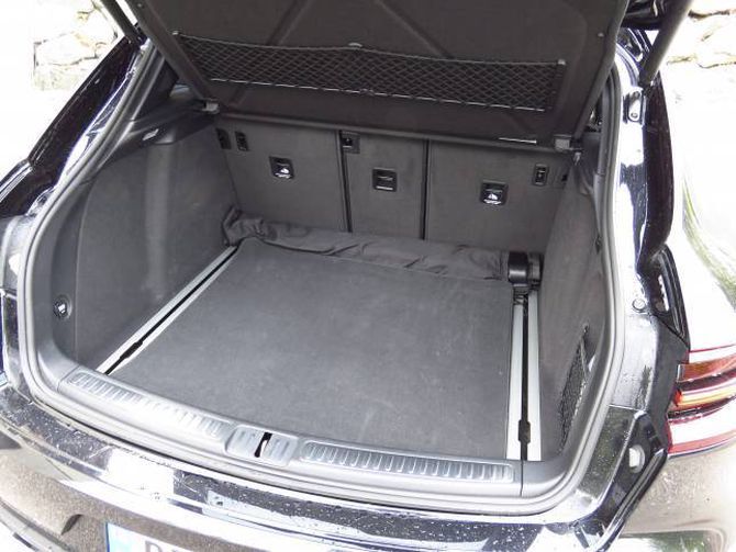SKJENER I GOLVET: Bagasjerommet i Macan tek 500 liter. Det er 40 liter mindre enn ein Audi Q5 klarer.
