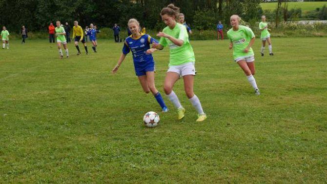 I BLÅTT: Jenter 15/16år på ÅTIL 2 der Kaia Røneid kjempar om ballen mot spelarane frå Tertnes måndag.