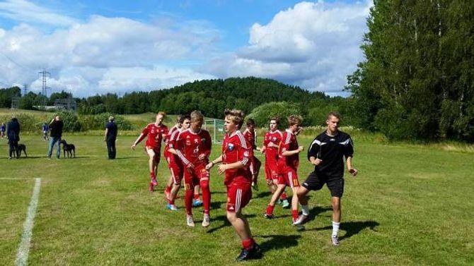 KLAR TIL KAMP: Gutar 16 ÅTIL 1 gjer seg klare til kamp mot Blindheim Svart under Norway Cup 2015.
