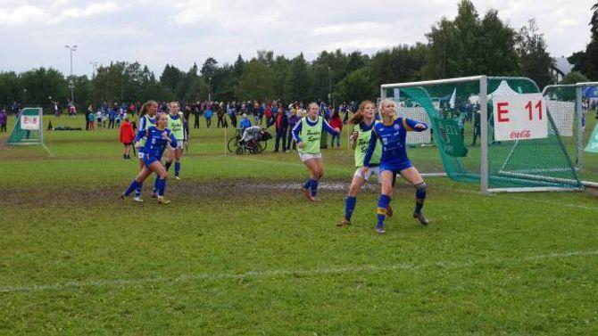 FARLEG PÅ MÅL: Etter eit langt innkast, er det her like før Andrea Ødegård Syrrist (f.h) sett ballen i mål.Olaug Marie Aalener også på plass inne i feltet.