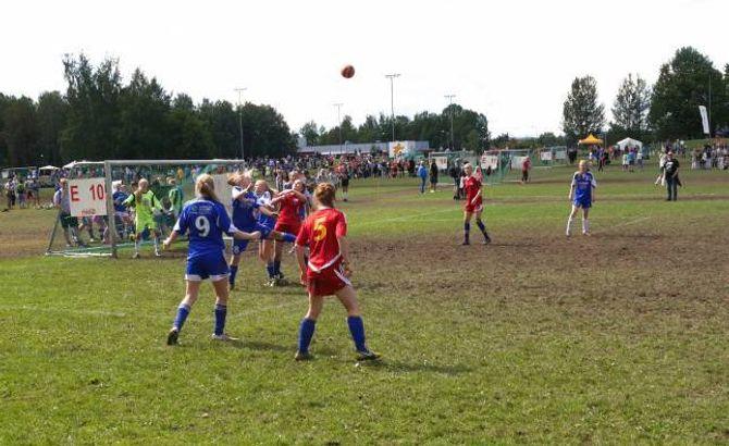 KJEMPAR: Jenter 16 på ÅTIL 1 ein kjempar om ballen mot nesningane under 8-delsfinalen på Norway Cup.
