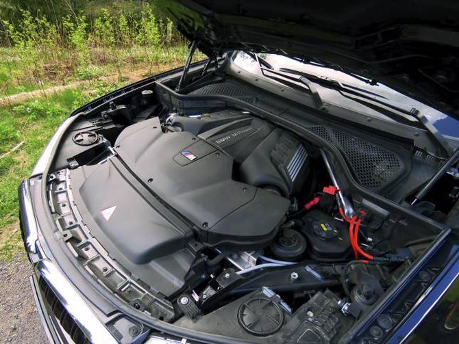 STERK: Ti radiatorar sørgjer for å halde den turbolada V8-aren kald når han pumpar ut 575 hk og 750 Nm i dreiemoment.