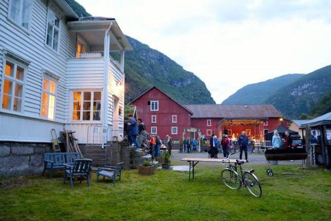 MELLOM FJELLA: På Svalheim gard på Utladalen camping vart det klart for den første intimkonserten, og opninga av årets Målrock.