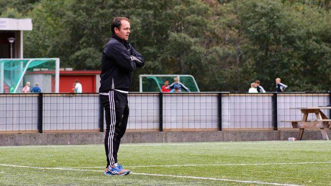 STUDERER: Ivan Øy følgjer nøye med på spelarane sine og instruerer.