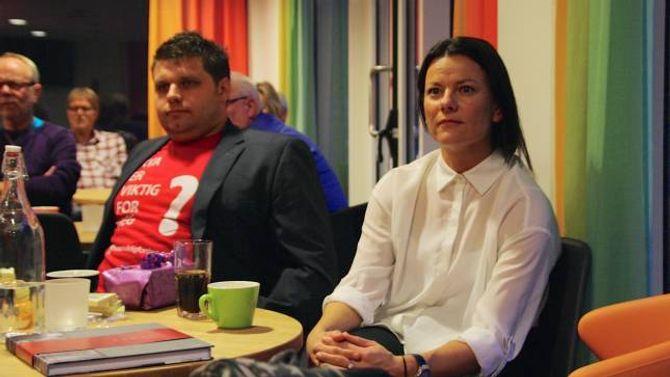 LYTTAR: Morten Skarsbø og Marie-Helene Hollevik Brandsdal lytta nøye til kva Marianne Marthinsen talte om.
