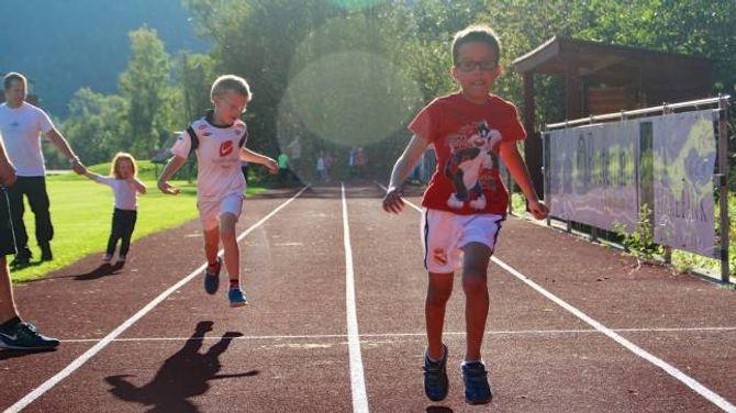 IVRIGE: To gutar er svært ivrige når dei skal springa 60-meter.