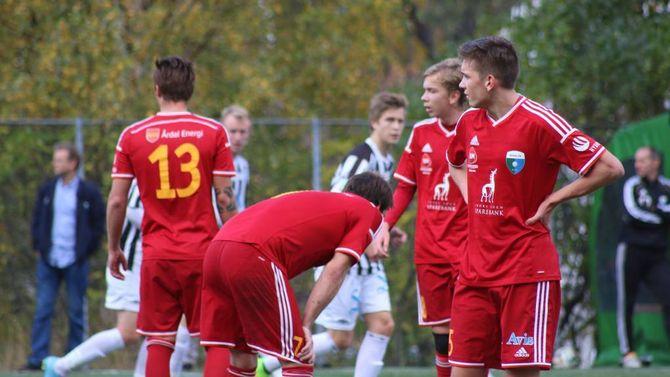 FORTVILER: Årdal-spelarane fortviler etter å ha sluppe inn mål.