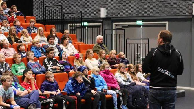 LYTTAR: Ungdommane fulgte nøye med då Vestøyl snakka til dei om mobbing på nett.