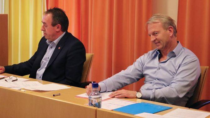 FÅR KRITIKK: Rådmann Frank Westad (til høgre) får kritikk av nokre av politikarane, som seier dei kjenner seg lurt.