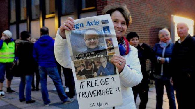 ÆRLEGE: Kari Hove Romøren held opp ein plakat der ho stiller spørsmål ved truverdigheita til politikarane.