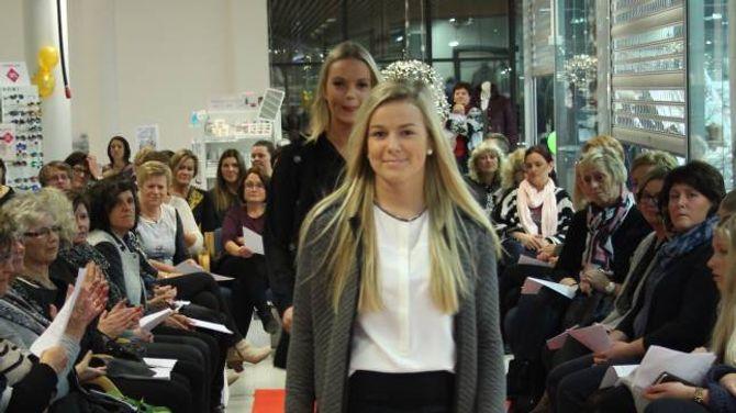 FINE PLAGG: Karoline Furebotn og Ida Jevnaker (bak) stilte opp som manekengar.
