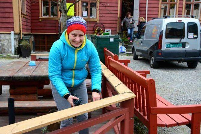 I GANG: Førebuingane før julemarknaden i Lærdalsøyri er godt i gang.Marianne Cirotzkier i gang med å henge opp lys utanforKvammes Kafé og Pub.