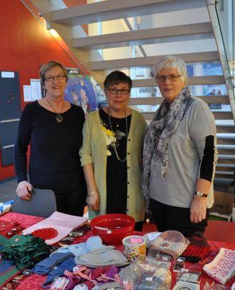 ENGASJERER SEG: Nestleiar Astrid Bruheim, leiar Aud Øren og Solfrid Svortevik er nokre av dei aktive medlemma i Røde Kors.