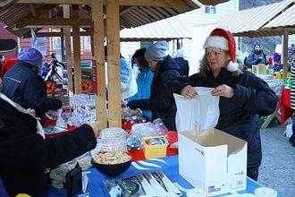 HAR KOME FOR Å BLI: Astrid Trulssen i Marknadsnemdi er i full sving under julemarknaden.