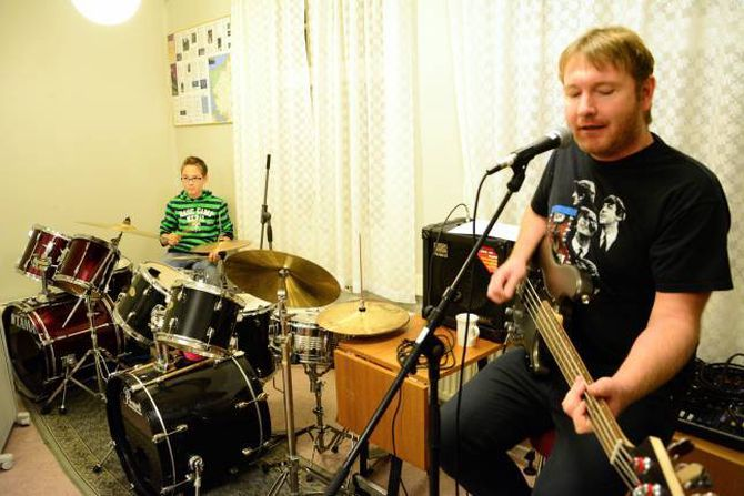 ØVING: Sindre Bentås på trommer og musikklærar Ketil Thorbjørnsen.