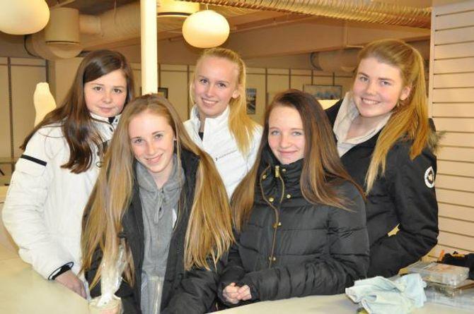 SKULEELEVAR: Anita, Anna, Trine, Amanda og Mari Beate frå Farnes skule kjem til å selje duftlys.