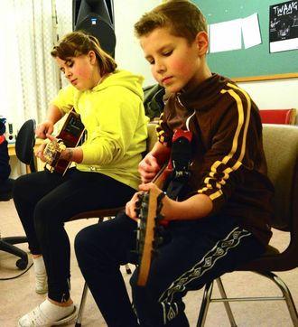 ØVING TIL KONSERT: Birthe Neshagen (12) og Taavi-Topias Henell (11) i bandet The Black Pearls.