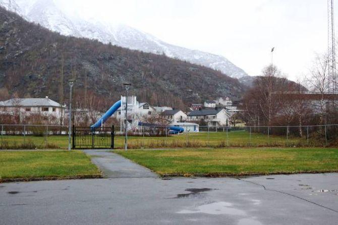 STORT OMRÅDE: Til venstre for dette området ligg skulen. Til høgre ligg fotballbana, og rett fram ligg friluftsbassenget. Ein klatrepark vil vera midt i blinken her, meiner Brandsdal (Ap).