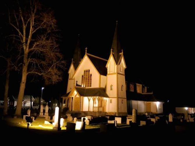 STEMNINGSFYLT: Hauge kyrkje i vintermørket.