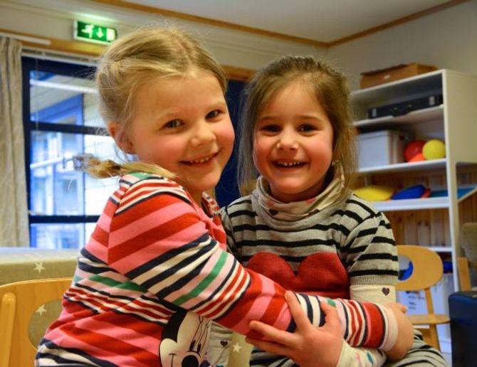KJEKT MED REVEROCK:Sofie Lindberg (4) og Denisa Clopotaru (4)i Ve barnehage i Øvre Årdal.