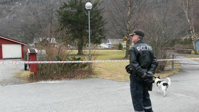 AVSTENGT: Politiet sperra av området og evakuerte naboar då det blei gjort funn av ein bombeliknande gjenstand i Lærdal.