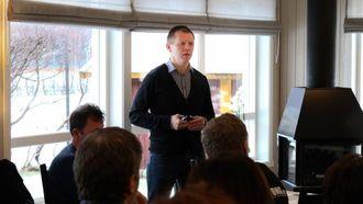 HANDLINGSPLAN: Arve Tokvam forklarar at målet er å ende opp med ein bustadpolitisk handlingsplan for Lærdal. Arkiv