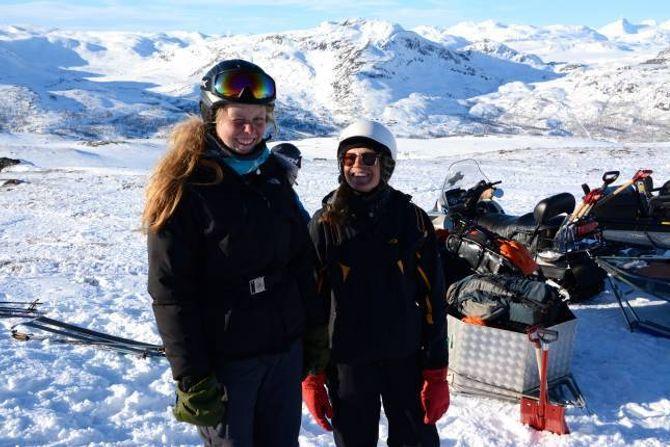 SMAK AV NORSK NATUR: DanskaneKatrine Smedegaard (f.v) ogSanne Knorborg får mellom anna undervisning om korleis å ferdes trygt i vinterfjellet.