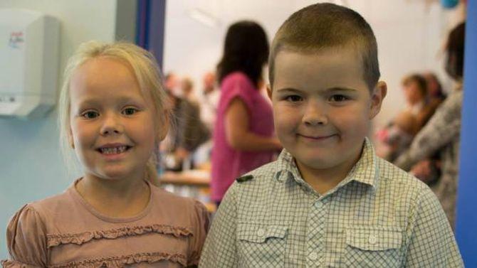 STOLTE: Oliwia Rys og Daniel Aarnes Walaker var begge særs stolte over å endeleg vera gamle nok til å gå på skule.