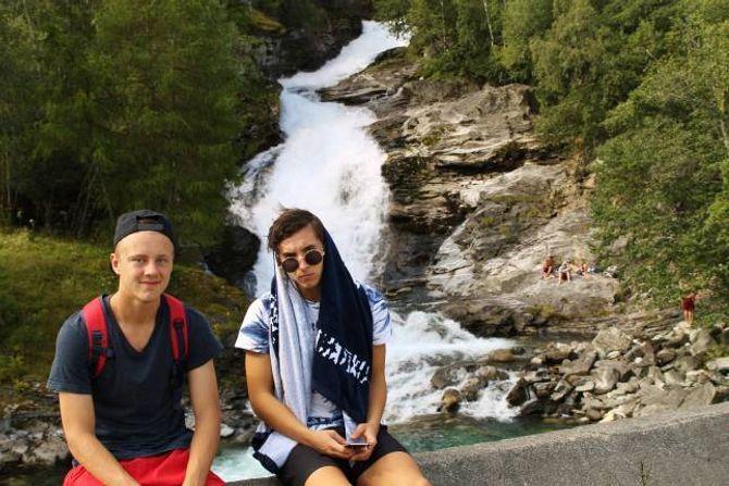 - Kom igjen folkens! Kom i Hølen og ha det moro, oppmodar Vegard Aafedt Bukve (17) og Jonas Styve Madocs (17).