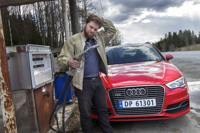 PÅ BENSIN: Når batteriet er tomt for straum, fortset køyringa på bensin.