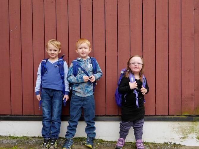 BORGUND SKULE: Dei tre elevane Håvard, Lukas og Johanne starta i første klasse på Borgund skule i Lærdal.