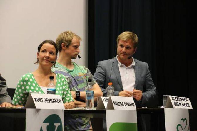 PÅ HOGGET: Aleksander Øren Heen (Sp) (til høgre) var på hogget under debatten. Til venstre for han er Sandra Opheim og Lars Kristian Fauske (begge MDG).