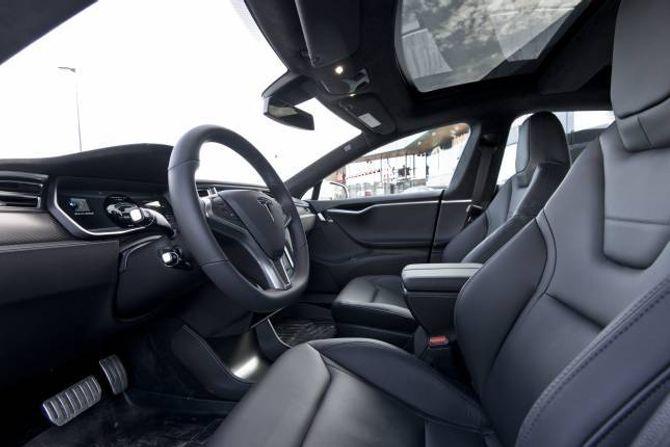 29 PROSENT: Over kvar fjerde Tesla-eigar har opplevd knirkelydar frå interiøret. Samstundes meiner mange at køyrekomforten i bilen er mykje høgare enn i andre elbilar.