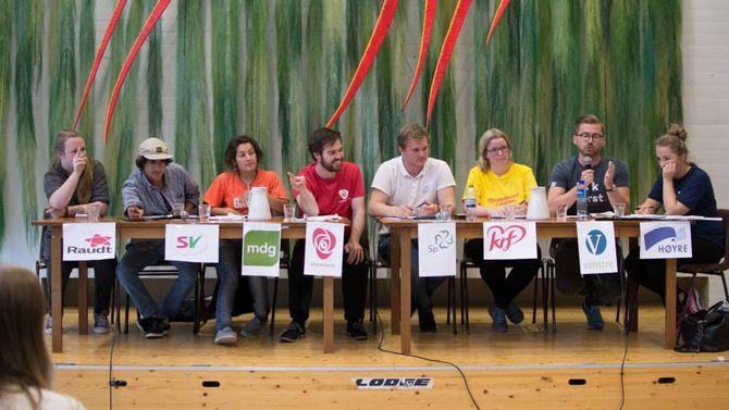 ENGASJERT: Det var eit engasjert panel som diskuterte lokale saker under skulevalet på Årdal vidaregåande skule torsdag.Arkiv