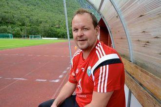 PRESTISJEKAMP: Trenar Ivan Øy har sjølv vore spelar og veit kor mykje som står på spel mot rivalane frå Høyanger.
