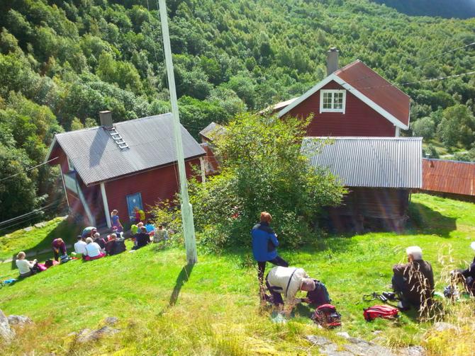 POPULÆRT I VETTI: Vetti Gard og Turiststasjon har hatt mange besøkande i sommar.