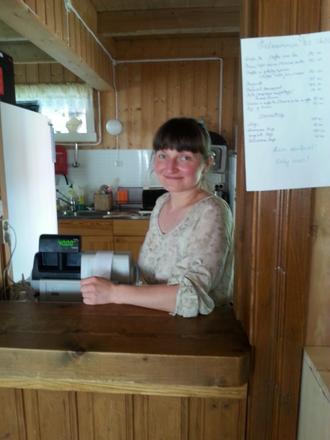 MYKJE ROS: Det er Lorita frå Litauen som har stått for det meste på kjøkkenet og reinhaldet på soveplassane.