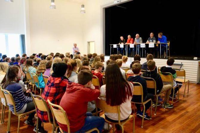 UTSPØRJING PÅ ØYRI: Ungdomskuleelevane på Lærdalsøyri skule fekk også moglegheiten til å stille spørsmål direkte til toppkandidatane før kommunevalet.
