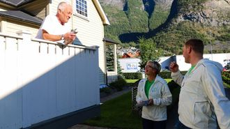 PÅ BESØK: Liv Signe Navarsete og Aleksander Øren Heen reiste heim til folk for å få dei til røyste.