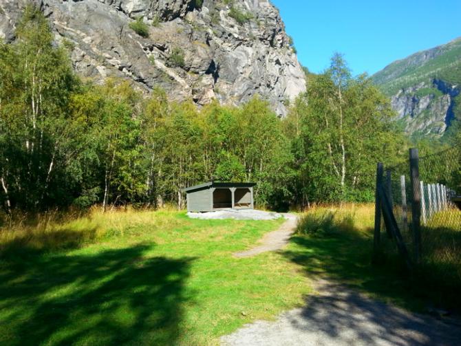 """YTRE MOA: Den mest populære trimposten i Øvre Årdal er Ytre Moa som blir brukt til fleire aktivitetar. No har blant anna Farnes skule i regi av Stein Idar Sem-Johansen, bygd ein """"gapahuk""""til elevar og andre som ønskjer ein pust i bakken."""