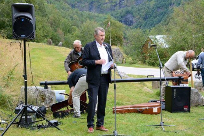 PRISUTDELING: Fungerande vegdirektør i Statens Vegvesen, Lars Aksnes, under markeringa på Rimskjold.