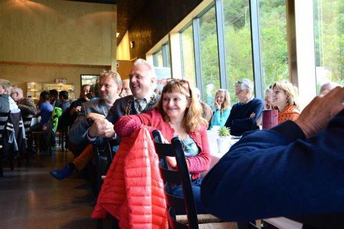 PÅ TVERS AV GRENSA: Vidar Eltun (Ap), ordførar i Vang (frå venstre), Jan Geir Solheim (Sp), ordførar i Lærdal og Åshild Kjelsnes (Ap), fylkesordførar i Sogn og Fjordane. I tillegg var også fylkesordførar i Oppland Gro Lundby (Ap), riksantikvaren Jørn Holme,Per Morten Lund vegsjef for region aust og Helge Eidsnes vegsjef for region vest i Statens vegvesen nokre av dei som var tilstades på festdagen.