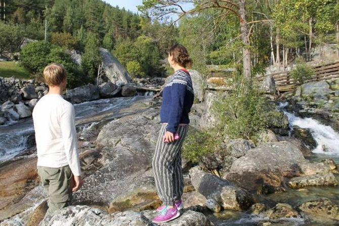 OFFERDØLA: Miljøpartiet Dei Grøne Årdal (Her Lars Kristian Fauske og Sandra Opheim) og Harald Thune håpar at konsesjonen om røyrlegging av elva Offerdalselvi blir skrinlagt. - Det vil redusera verdien av anlegget om dette blir gjort, seier dei.
