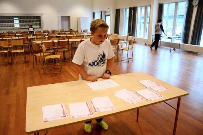 VALETS KVALER:Adrian Vognstølen Ringø, 8b, er klar til å velje det han meiner er riktig parti til å styra framover.