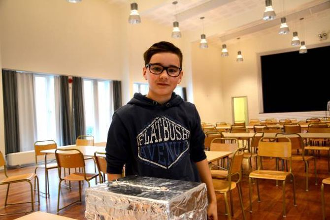 TRIVEEL: Knut Olav Bjørketun Bøe, 8a, har akkurat slept si røyst ned i urna på skulevalet på Lærdalsøyri skule.