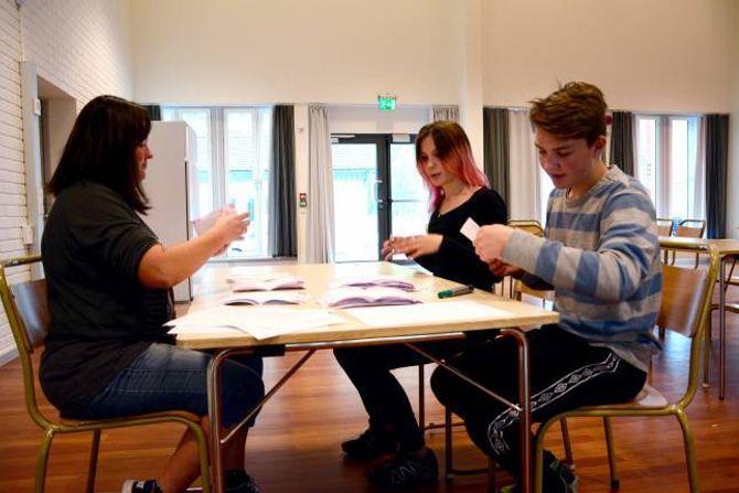 OPPTELJING:Målfrid Aspeseter, kontaktlærar for 9. klasse,Inger Johanne Kaardal og Per Gjesdal,frå elevrådet, sjekkar at talet på røyster blir riktig.