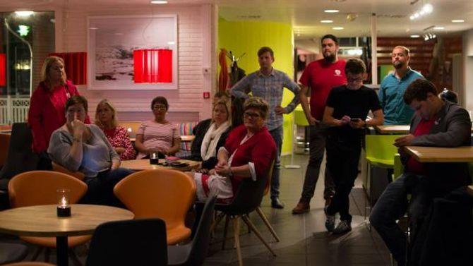 VALVAKE: Fleire av partia var samla til valvake på Utla kafè og bar måndag kveld.